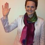 Anna-Karin Hatt räcker upp handen för flickors rättighet.